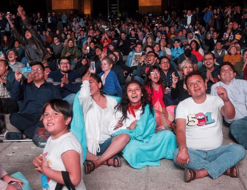 Decenas de personas siguen la transmisión en directo de los premios Oscar este domingo, en Ciudad de México (México). Cientos de sitios al aire libre se han acondicionado en México para observar la entrega de los premios Óscar donde la película Roma tiene varias nominaciones. EFE