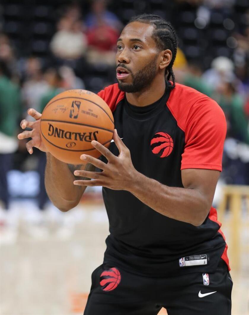 En la imagen un registro de Kawhi Leonard, alero estrella de los Raptors de Toronto, quien aportó 37 puntos en el triunfo de su equipo 126-110 sobre los Cavaliers de Cleveland. EFE/Archivo