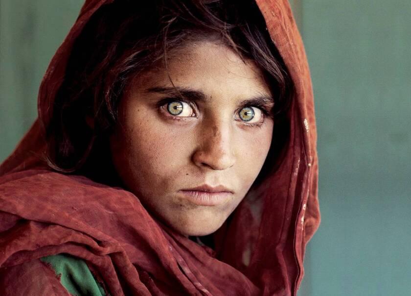 La niña afgana que se hizo famosa por sus ojos verdes en una portada del National Geographic en 1985 ha sido detenida hoy en Pakistán por posesión ilegal de un documento de identidad nacional de ese país, donde vive en un campo de refugiados.