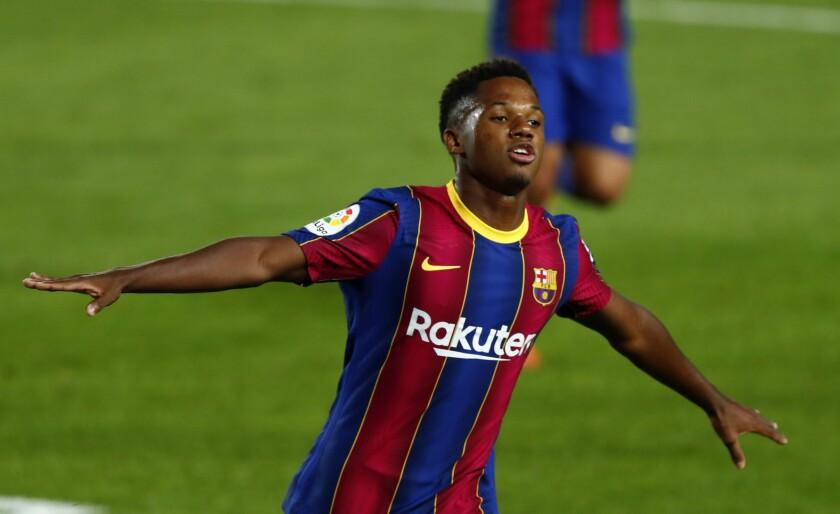 Ansu Fati del Barcelona tras anotar el primer gol en la victoria 4-0 ante el Villareal por la Liga de España, el domingo 27 de septiembre de 2020. (AP Foto/Joan Monfort)