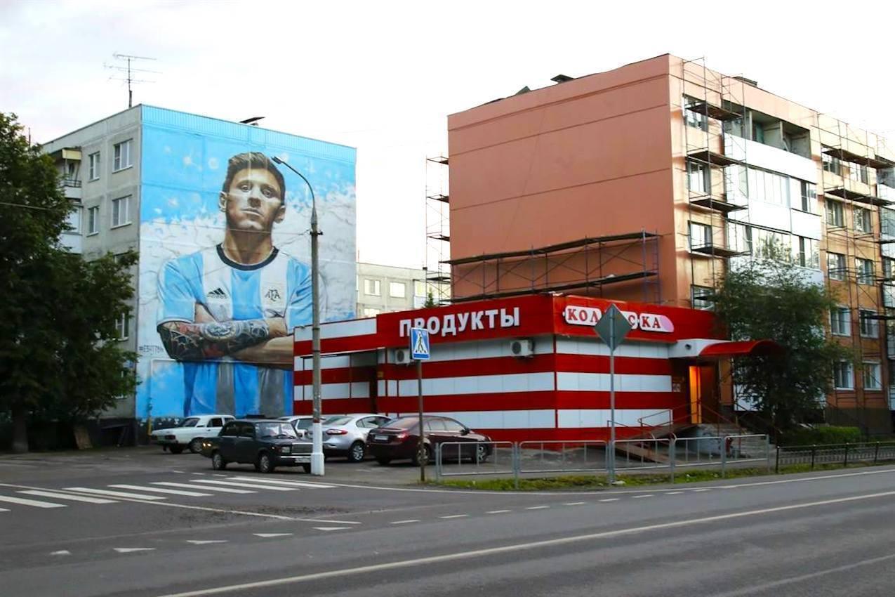 Un pintura gigante de Messi en una calle de la ciudad de Bronnitsy muestra el afecto local por el seleccionado argentino.