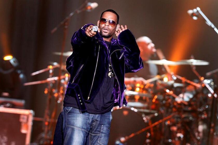 El cantante estadoundiense de R&B, R. Kelly, durante el concierto que ofreció en la sala Heineken de Amsterdam, Holanda, el 19 de abril de 2011. EFE/Archivo