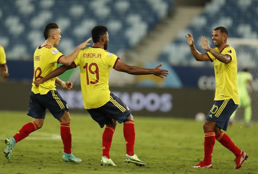 Edwin Cardona (d), de la selección de Colombia, festeja con sus compañeros luego de abrir el marcador ante Ecuador.