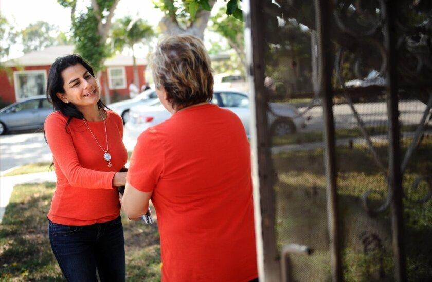 Nanette Barragán camina platica con la gente para saber sus preocupaciones y los temas que más les interesa en su comunidad.