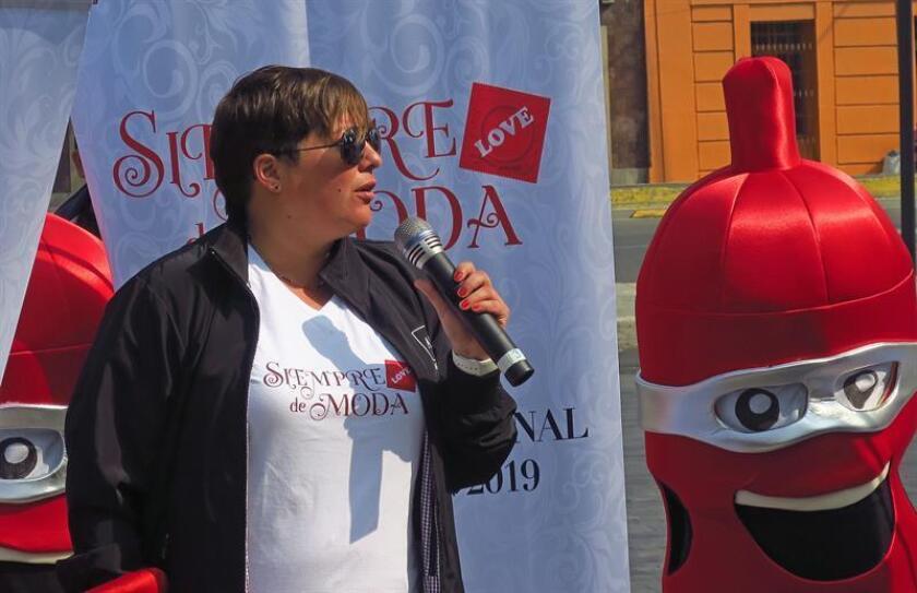 La directora de la asociación AHF México, Nicole Finkelstein, participa este miércoles durante un acto publico en Ciudad de México (México). EFE