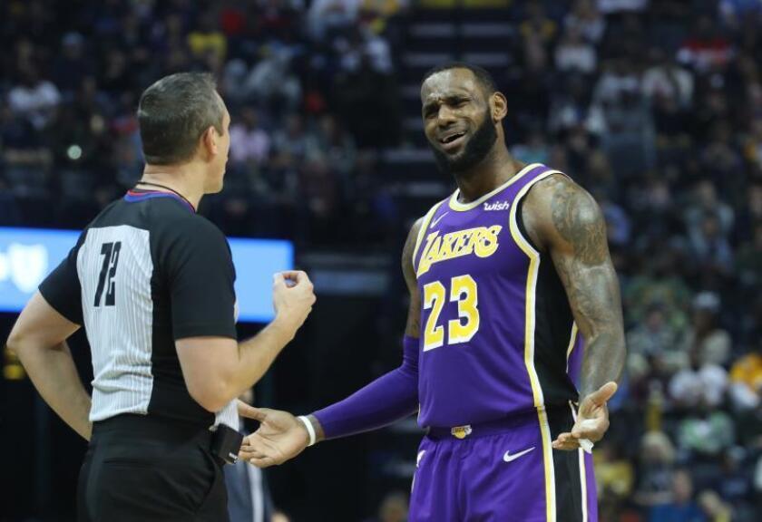 El jugador Lebron James (d) de los Los Angeles Lakers conversa con un árbitro en el FedEx Forum de Memphis, Tennesse (Estados Unidos). EFE/Archivo