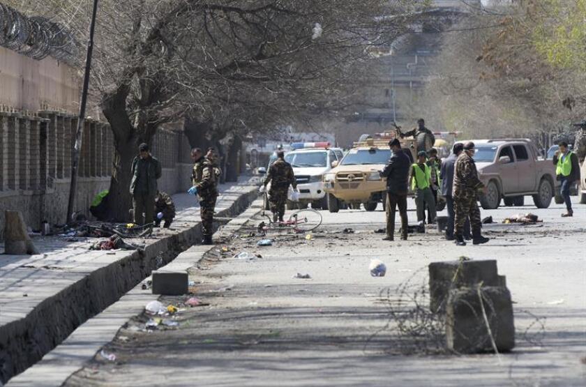 Miembros de las fuerzas de seguridad afganas revisan el lugar del atentado suicida perpetrado cerca de una multitud, que celebraba el primer día del año nuevo afgano, en Kabul (Afganistán) hoy, 21 de marzo de 2018. EFE