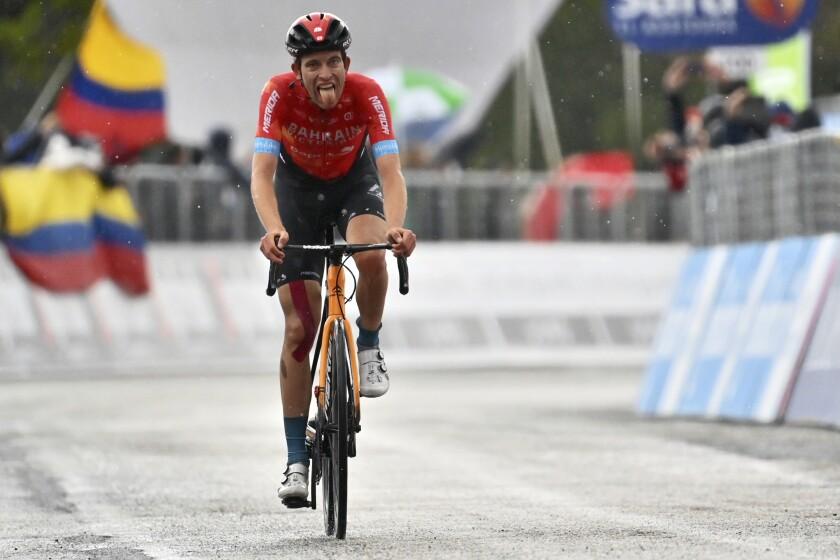 Gino Mader saca la lengua tras ganar la sexta etapa del Giro de Italia, en Ascoli Piceno, el jueves 13 de mayo de 2021. (Massimo Paolone/LaPresse vía AP)