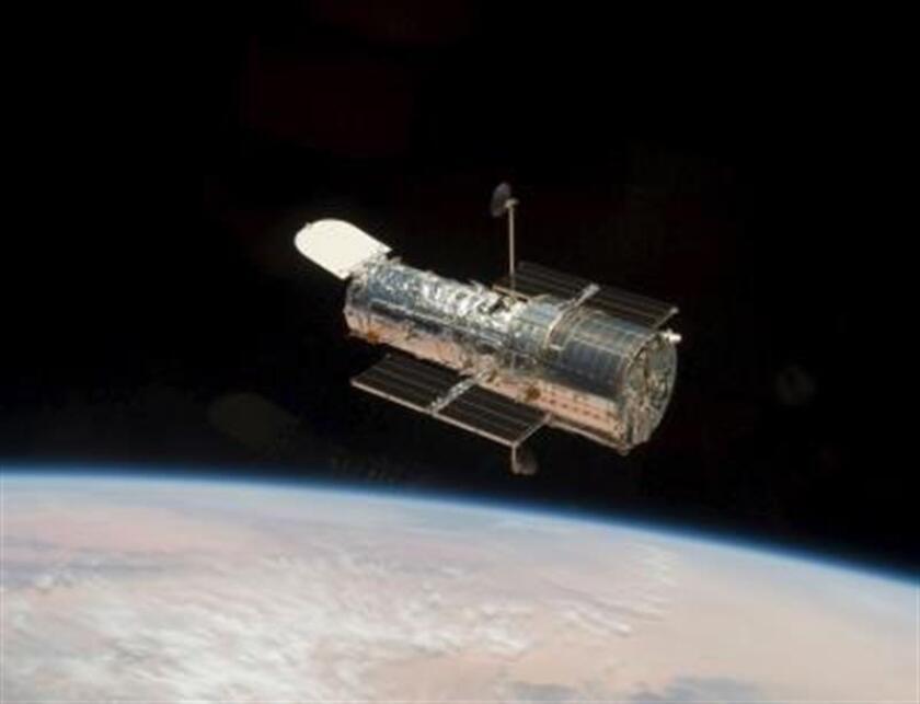 """El telescopio espacial Hubble, que lleva en órbita desde 1990, ha entrado en """"modo seguro"""", lo que suspende temporalmente sus operaciones científicas, debido a un fallo mecánico en uno de los tres giroscopios que tenía activos, informó hoy la Agencia Espacial de Estados Unidos (NASA). EFE/ARCHIVO"""