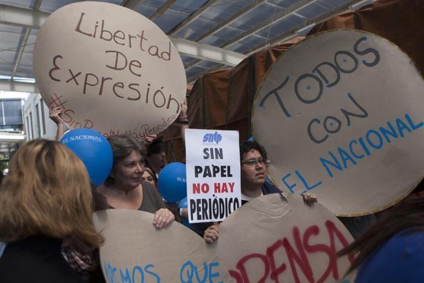 Trabajadores del diario El Nacional recibían con anuncios el cargamento con el papel periódico proveniente de Colombia, el viernes 11 de abril del 2014, en Caracas. EFE/Archivo