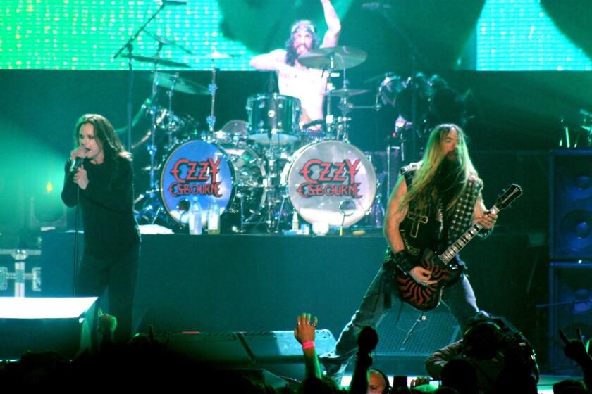 El legendario vocalista Ozzy Osbourne lidera su propia banda, al lado del guitarrista Zakk Wylde, durante el acto de cierre del Ozzfest.