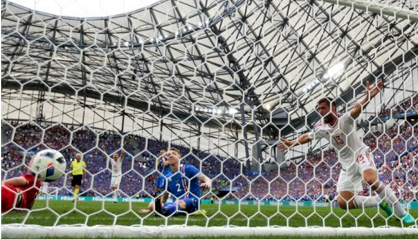 Daniel bode (derecha), de la selección de Hungría, festeja luego que Birkir Saevarsson (centro), de Islandia, anotó un autogol en el encuentro de la Eurocopa llevado a cabo el sábado 18 de junio de 2016 en Marsella, Francia (AP Foto/Ariel Schalit)