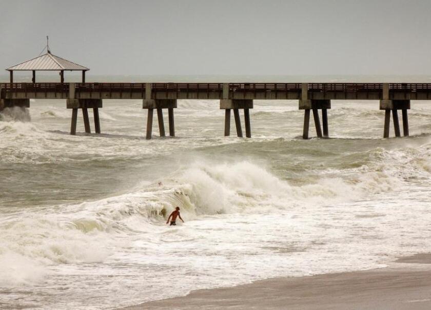 Las olas de Dorian hacen felices a los surfistas en Miami Beach