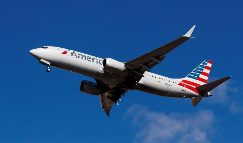 Un avión Boeing 737 MAX 8 de American Airlines se dispone a aterrizar en el aeropuerto de LaGuardia, en Nueva York (Estados Unidos). EFE/Archivo