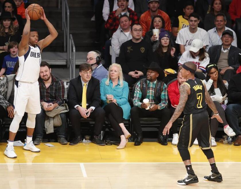 US boxer Floyd Mayweather (2-R) watches the action during the NBA game between the Dallas Mavericks and the Los Angeles Lakers at Staples Center in Los Angeles, California, USA. EFE