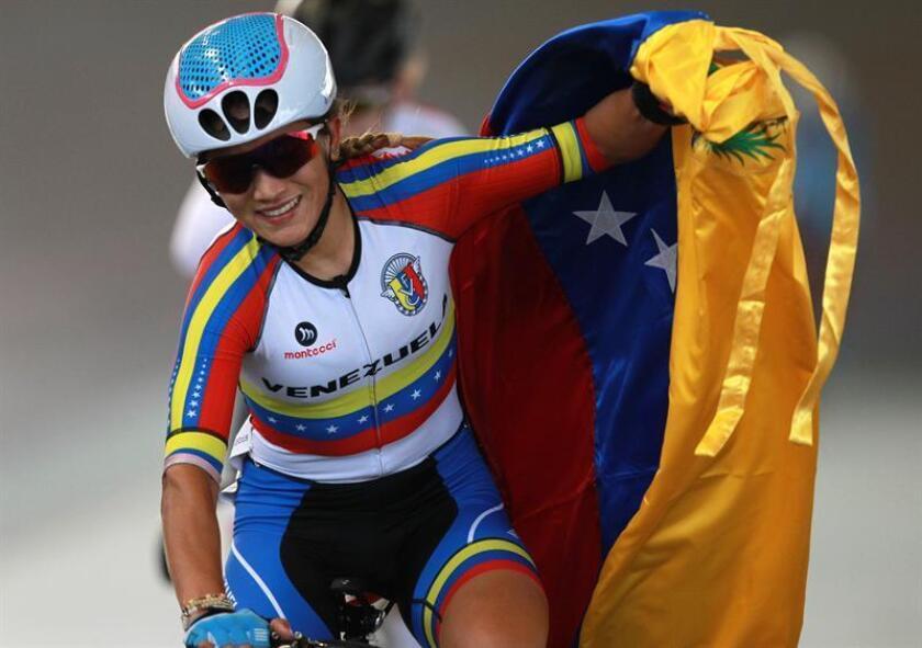 Lilibeth Chacón de Venezuela celebra luego de ganar la medalla de oro de la prueba por puntos femenino, de ciclismo de pista hoy, jueves 26 de julio 2018, durante los Juegos Centroamericanos y del Caribe Barranquilla 2018, en la ciudad de Cali (Colombia). EFE