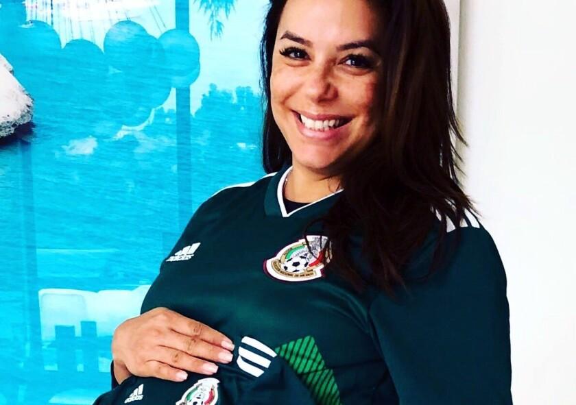 ¡Vamos México! #BabyIsReadyForNextGame, posteó Eva Longoria Baston en redes.