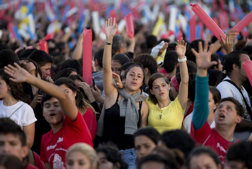 Los jóvenes cantan y bailan mientras esperan al papa Francisco el domingo 12 de julio de 2015, en Asunción. (AP foto/Natacha Pisarenko)