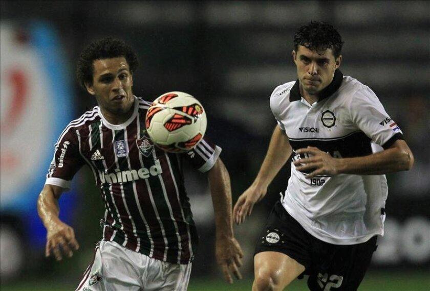 En la imagen, Wellington Nem (i) de Fluminense disputa el balón con Richard Adrian Salinas (d) de Olimpia durante un partido por la Copa Libertadores de América. EFE/Archivo