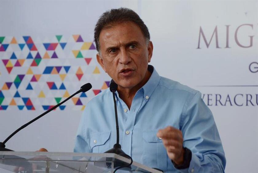 El gobernador de Veracruz, Miguel Ángel Yunes Linares, afirmó hoy que el Gobierno estatal aún debe 500 millones de pesos (24 millones de dólares) a trabajadores de esa entidad del oriente de México, endeudada por la administración del prófugo exgobernador Javier Duarte. EFE/ARCHIVO