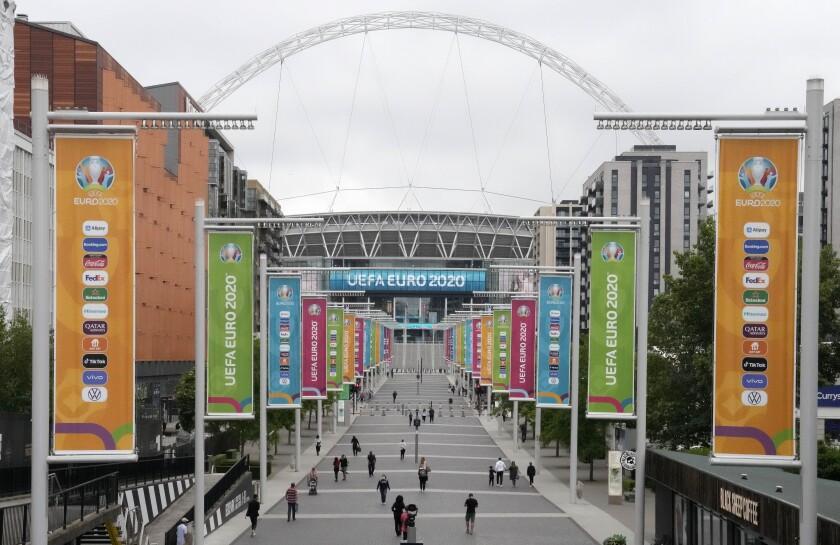 Varias personas caminan rumbo al Estadio Wembley durante el Campeonato Europeo, en Londres, el jueves 17 de junio de 2021. (AP Foto/Frank Augstein)