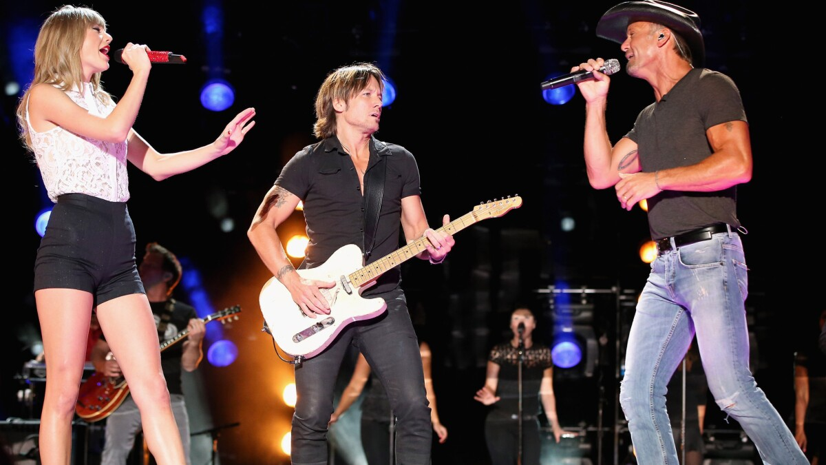 Taylor Swift Tim Mcgraw Keith Urban Team Up At Cma Festival Los Angeles Times