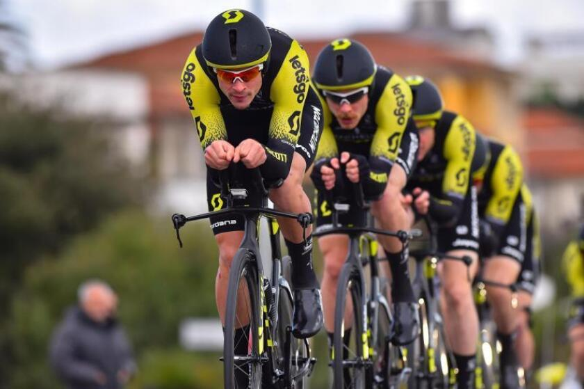 Los integrantes del equipo Michelton-Scott compiten durante la primera etapa de la Tirreno Adriático, este miércoles en Lido di Camaiore (Italia). EFE