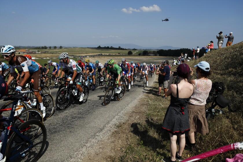 Unas personas toman fotografías de los ciclistas durante la 16ta etapa del Tour de Francia