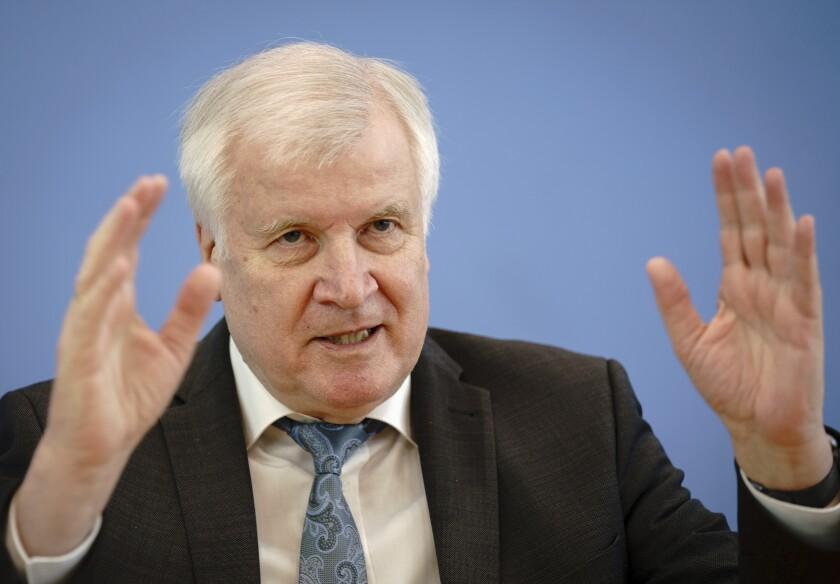Horst Seehofer (CSU), ministro del Interior de Alemania, presenta las cifras de delitospolíticamente motivados para el 2020 en una conferencia de prensa en Berlín el martes, 4 de mayo del 2021. (Kay Nietfeld/dpa vía AP)