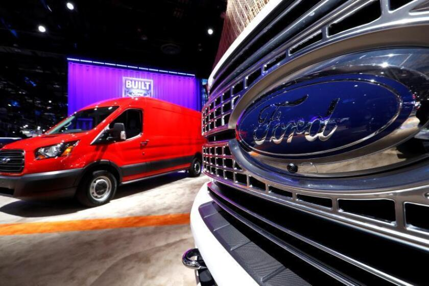 Vista de unos vehículos Ford F-150 (d) y Ford Transit Z50 (i) durante el Salón del Automóvil de Detorit 2019, en Detroit, Michigan (Estados Unidos). EFE/ John G. Mabanglo/Archivo