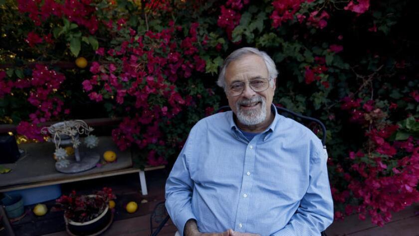 Robert Stone, paciente de cáncer, se ha convertido en una de las primeras personas en California en obtener medicamentos letales bajo la nueva ley de muerte asistida ().