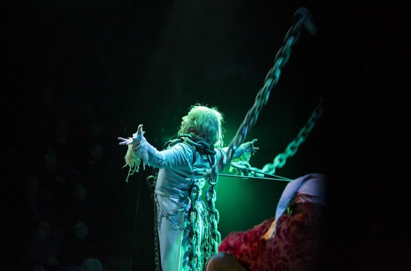 El artista residente del Cygnet David McBean aparece como el fantasma de Jacob Marley