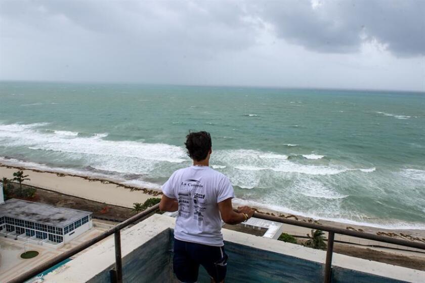 """El huracán Óscar continúa hoy su avance hacia el noreste del Atlántico, pero no presenta de momento riesgo para zonas pobladas y se espera que se degrade al """"entrar en aguas más frías"""", informó el Centro Nacional de Huracanes (NHC) de EEUU. EFE/Archivo"""