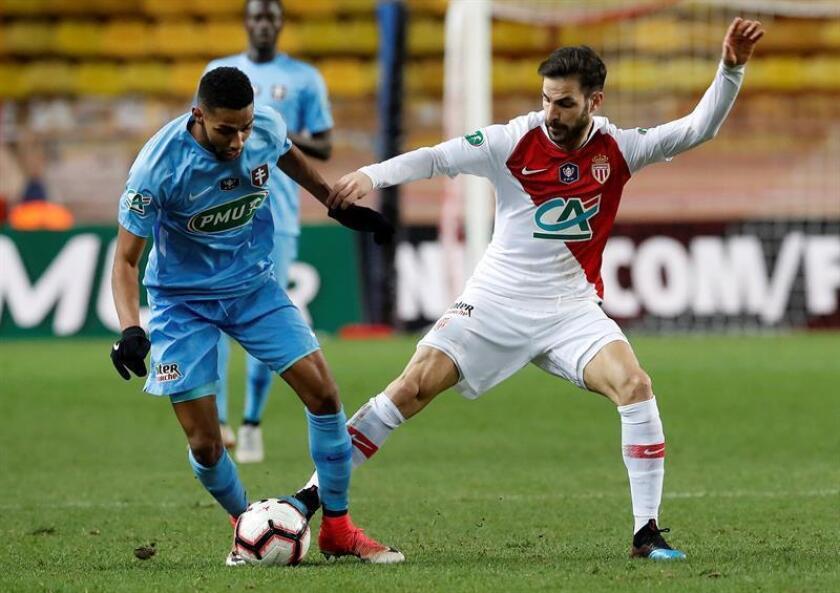 Cesc Fabregas (d) de Mónaco disputa un balón con Marvin Gakpa FC Metz este martes durante un juego de la Copa Francesa entre AS Mónaco y FC Metz en el estadio Louis II, en Mónaco (Mónaco). EFE