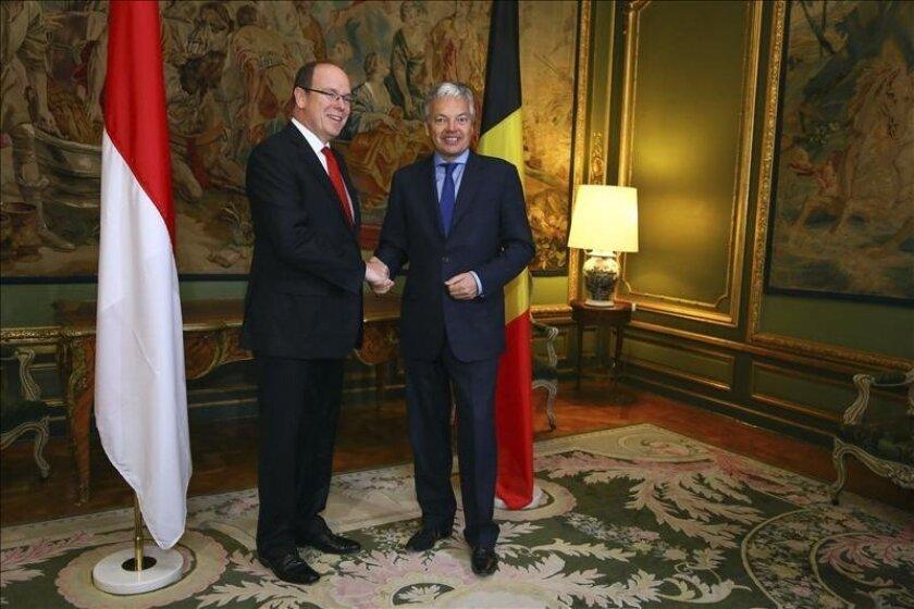 El ministro de Exteriores belga, Didier Reynders (dcha), da la bienvenida al príncipe Alberto II de Mónaco (izq), a su llegada al Palacio Egmont en Bruselas (Bélgica) hoy, miércoles 22 de mayo. EFE