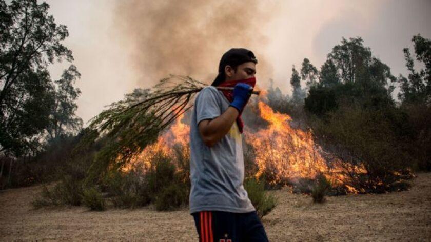 Apagan uno y se prende otro. Pasan las horas, pasan los días, pasan las semanas, y los incendios en Chile no cesan: se propagan. Contienen uno y se descontrola otro.