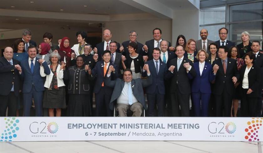 Fotografía cedida por la Organización del G20 que muestra la fotografía de familia de los ministros de Empleo de los países que integran el G20 y altos representantes del sector de diversos organismos internacionales mientras posan hoy, viernes 7 de agosto de 2018, en Mendoza (Argentina). EFE/Cortesía Organización G20