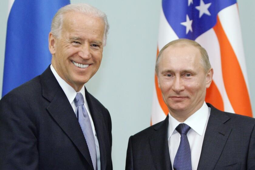 Foto del 10 de marzo de 2011 del entonces vicepresidente estadounidense Joe Biden con el presidente Vladimir Putin