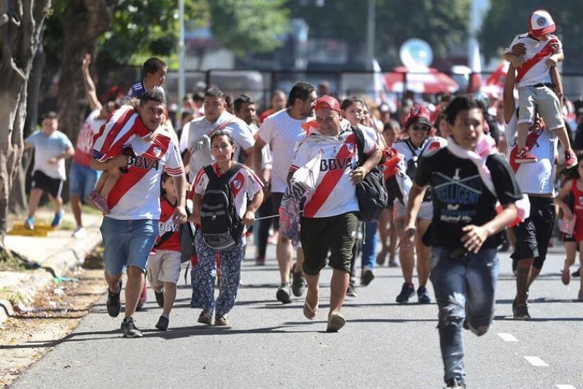 Hinchas de River Plate en el estadio Monumental en Buenos Aires (Argentina). EFE/Archivo