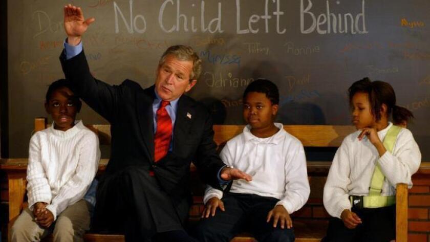 El presidente Bush con estudiantes en Pierre Laclede Elementary School, en St. Louis, el 5 de enero de 2004, como parte de una celebración del segundo aniversario de la Ley No Child Left Behind.