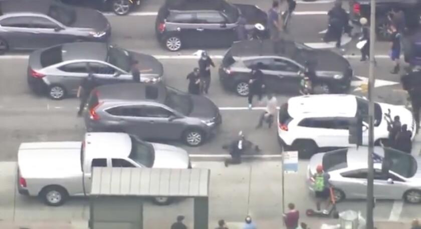 Captura de pantalla del video divulgado por KTLA sobre los enfrentamientos entre policías y manifestantes en el centro de Los Ángeles.