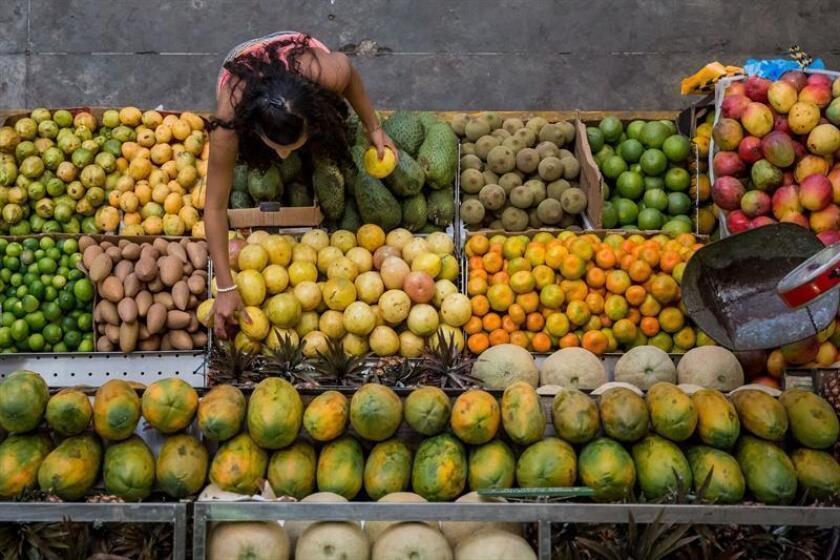 Fotografía de una mujer comprando frutas. EFE/Archivo
