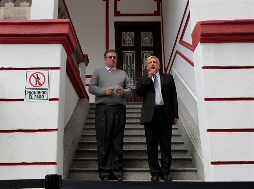 El futuro presidente de México, Andrés Manuel López Obrador (d), habla junto a su candidato a la Secretaría de Relaciones Exteriores, Marcelo Ebrard (i), durante una rueda de prensa hoy, martes 10 de julio de 2018, en su casa de campaña, en Ciudad de México (México). EFE