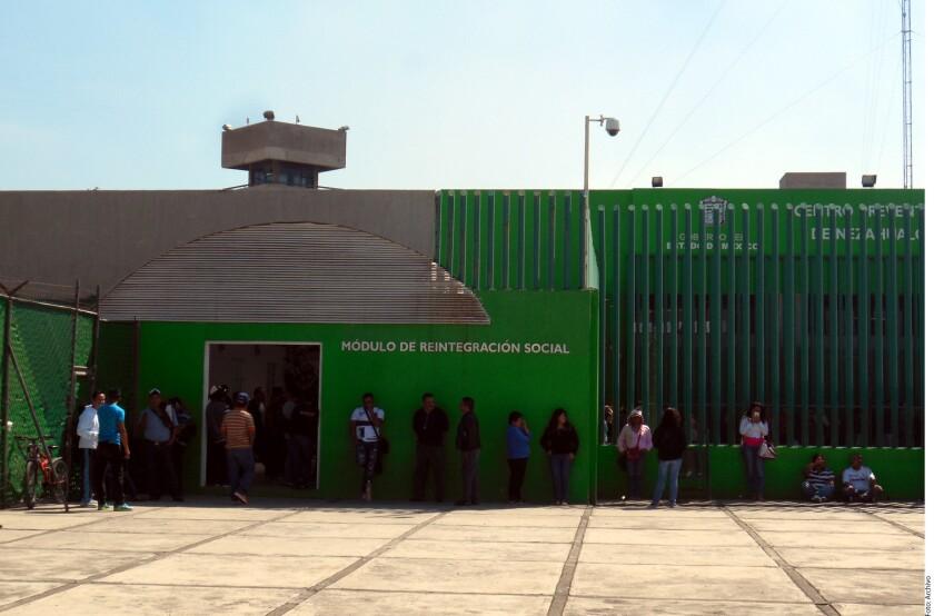 El autogobierno de los internos prevalece en los penales del Estado de México, lo que propicia actos de tortura y tráfico de sustancias prohibidas, advierte la Comisión Nacional de los Derechos Humanos (CNDH).