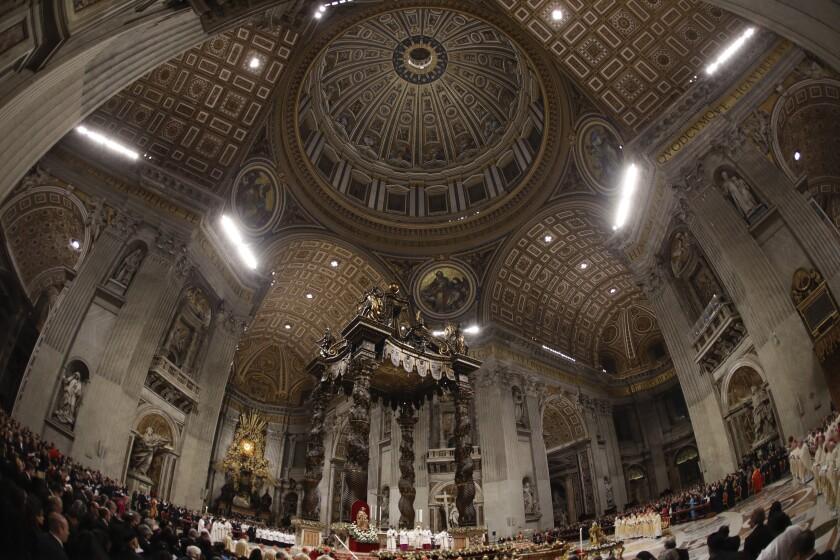 El papa Francisco oficia la misa de la víspera de Navidad en la Basílica de San Pedro.
