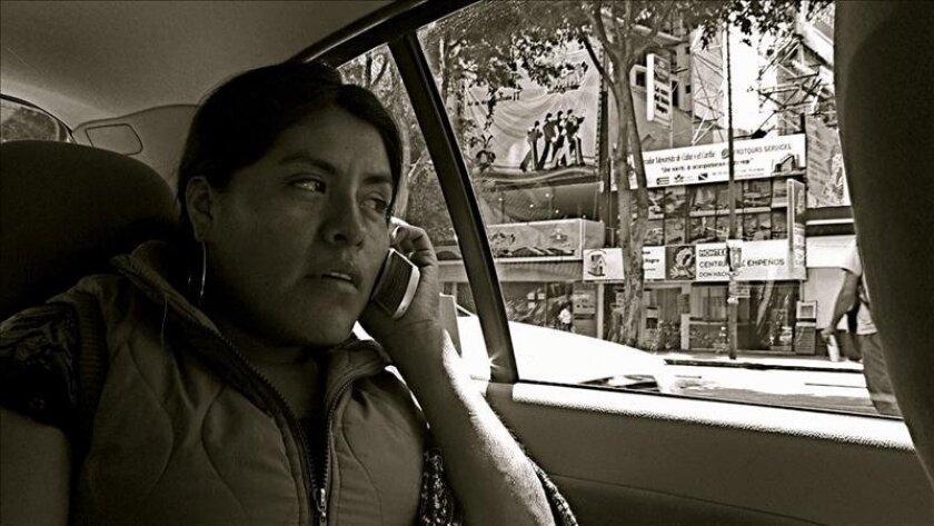 Eufrosina Cruz Mendoza(d), luchadora social de Santa María Quiegolani y protagonista de La Revolución de los Alcatraces, de Luciana Kaplan. EFE/Cortesía Luciana Kaplan.