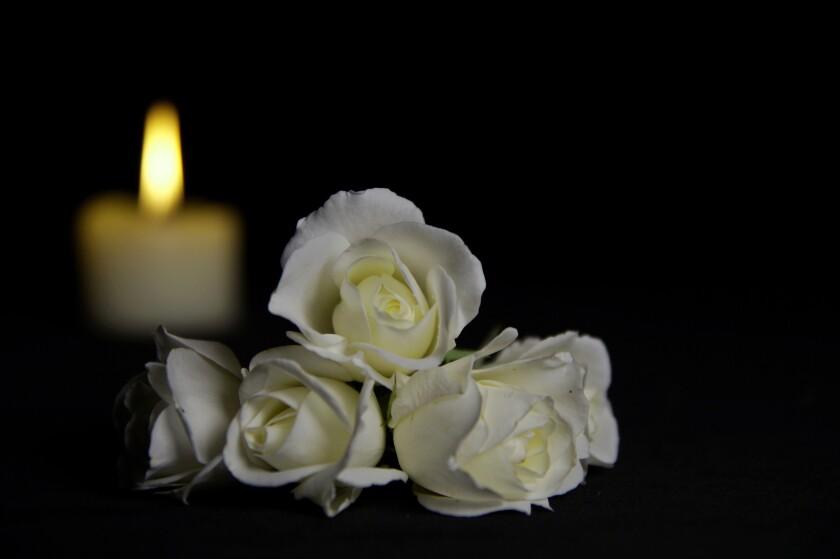 Una vela y flores