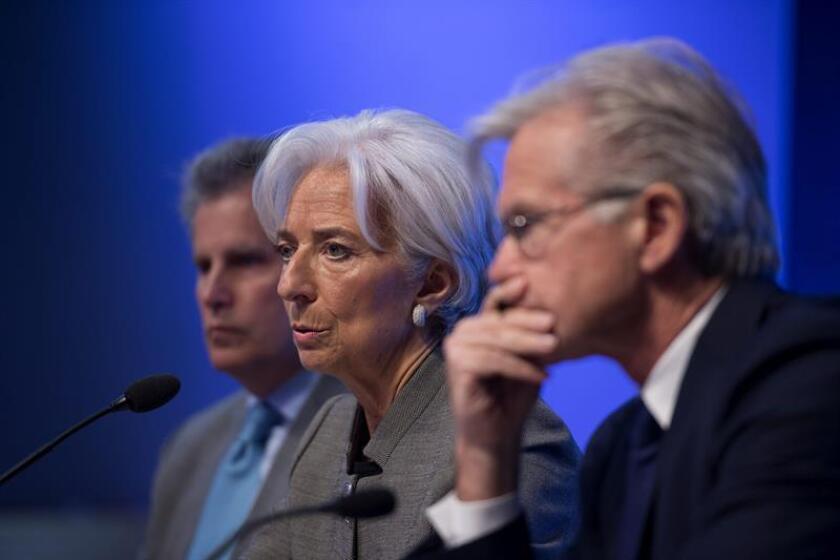 La directora gerente del Fondo Monetario Internacional (FMI), Christine Lagarde (c), ofrece una rueda de prensa junto el subdirector gerente del Fondo, David Lipton (i), y al portavoz del FMI, Gerry Rice (d). EFE/Archivo