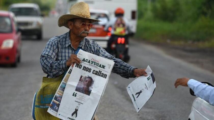Un vendedor de periódicos muestrta el Diario de Acayucan, cuya página principal se centra en el asesinato del periodista mexicano Cándido Ríos Vázquez. El periodista fue asesinado el martes en el estado de Veracruz.