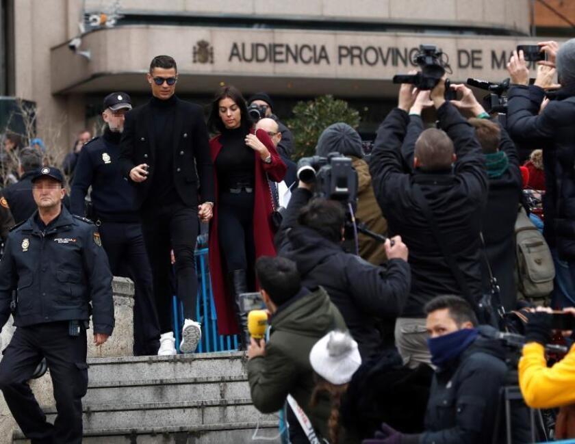 El exjugador del Real Madrid Cristiano Ronaldo , junto a su pareja Georgina Rodríguez, a la salida de la Audiencia Provincial de Madrid, ayer. EFE